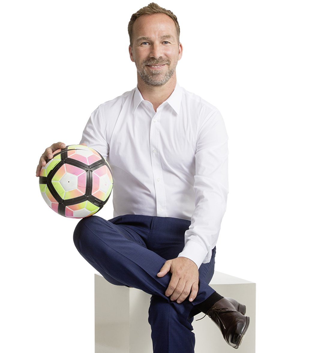 Roman Mählich mit Fußball in der Hand